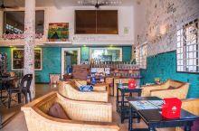【柬埔寨美食推荐/暹粒)一家饮品店也可以是个涂鸦博物馆】  走入店铺最打眼的莫过于自来世界各地旅客留