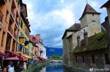 进入法国第一天下午 ,从阿尔卑斯山脉南针峰下来到小镇安纳西。安纳西位于法国南部阿尔卑斯山麓间的一座美