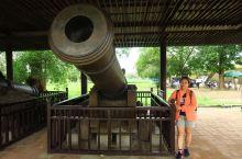 位於越南中部的顺化王城,是越南前朝的紫禁城,其建築模仿中囯北京故宫,需規模較少,但極具歴史價值!