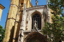 【艾克斯-圣苏维尔大教堂】 塞尚受洗礼在圣苏维尔大教堂举行,他的葬礼也是在该教堂举行。该教堂融合了5