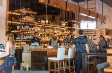 晚餐步行前往飞翔之猪餐厅,这是一家现代简约装修风格的餐厅,温馨让人放松、均由新鲜食材制作,前菜点了一