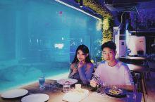 广州这间海底餐厅,整个餐厅就像置身在水族馆里一样,一整面墙超大落地玻璃,零距离与海洋生物接触。 地点