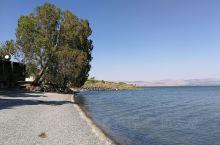 """加利利湖是通用的英语称呼,阿拉伯人管它叫""""太巴列湖"""",因为湖的西侧是着名的旅游城市太巴列,犹太人则称"""