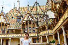 在法国博讷,有一座超美的建筑,更美的更是它的故事 这是好人飞利浦和他妻子为穷人造的济贫院,来到这里