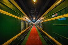 今晚登上K5305次卧铺绿皮列车,一家以火车为主题的酒店,大部分物件都是采用上世纪风格的摆设,感觉回