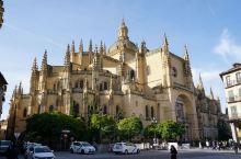 在塞哥维亚古城的中心位置,外观比较壮观,据说是西班牙最后一座哥特式教堂。