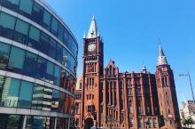 神秘而伟大的诞生  利物浦里面有远近闻名的足球和音乐,这是一座充满运动与艺术的城市,城市特别的安宁,