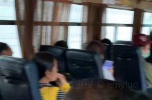 在老挝首都万象坐公交车去郊外的佛像公园,一路上听着老挝的音乐。