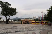 在妈祖阁前广场的另一侧,以前叫皇家一号码头。相传400多年前,这里是葡萄牙人最早登录澳门的地方。葡萄