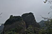 新宁崀山和资源八角寨景区在自然上本都是丹霞地貌,只是人为的在行政上划给了两个省区。但大部分景点都在湖