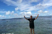 塞班岛隶属美国,长23公里,宽8公里,岛上常住50000人口,海滩干净,绿色无污染,可以租豪车环岛游