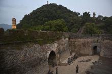 临海老城墙,兼具防卫与防洪的功能,号称江南小长城,此次超强台风来袭,洪水破成,老城内一片汪洋,武警官