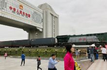 满洲里国门景区 时间赶得不错,两列火车相对来过,一列装满木材从俄罗斯运往中国,一列集装箱列车开往俄罗
