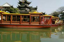 这是我去南京夫子庙玩的时候拍的照片,如果想要坐船的话要在那里买票一张儿童票好像是15块钱,大人票是2