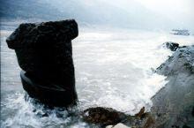 典藏:峡江纤夫石 纤夫这一称谓,已成为古董了。 在长江三峡著名险滩行船拉纤的汉子,步履匆匆,杳然不知