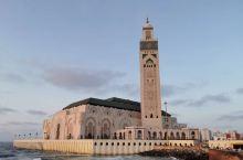 哈桑二世清真寺1987年8月动工修建,总共耗资5亿多美元,内部看更是宏伟壮观……令人惊叹不已! 卡萨