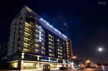 #神奇的酒店#打卡天津南开大学亚朵酒店 住在这家酒店,仿佛住进了小型图书馆。 竹居内有多个书架摆放整
