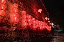 黄姚的夜晚,每家每户的红灯笼都亮起来,照着小巷异常的美丽。饭后走在静谧的石板街道上,你会不由自主的沉