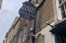 去了传说中的Sally Lunn喝下午茶 这里可是英国巴斯百年老店现制面包 情调是有的 但被甜品齁的