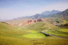 八月的卓尔山,黛青色的山顶上还有一点未化完的雪,站在山上的观景台往下望,左边是绚丽多彩的丹霞地貌,右