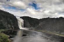 魁北克蒙特伦西瀑布,声势浩大,落差83米,是尼亚加拉瀑布的1.5倍,飞流直下三千尺,虽然不及尼亚加拉