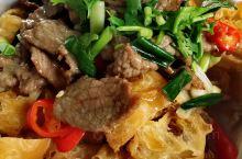 徜徉在绿色隧道上的午饭时间 偶遇李伯伯食堂 几乎满座侧漏了美味  油条牛肉 龙须菜 麦香软丝 创意菜