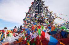 从成都一路向西,穿过二郎山隧道, 一下就迎来高照的艳阳,还有蓝天下的座座雪山。  翻折多山时,峰回路