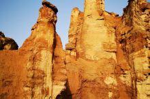 神奇的克孜尔雅丹地貌  游览攻略,朝阳升起及夕阳西下时,是观赏克孜尔雅丹地貌的最佳时间,霞光照在形状