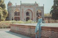 小泰姬陵又称为迷你泰姬玛哈陵,位在亚穆拉纳河的左岸,它是阿克巴大帝和贾汗季皇帝任内重要的大臣米尔萨季