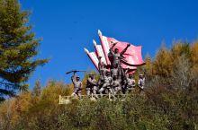 六盘山长征景区内的红军小道是一条2500米长的通向纪念馆的游步道,沿途对长征中的一些主要的事件用塑像