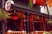 走到叻差帕青奈路(RatchpakinaiRd),路口就是古城知名的另一家餐厅,Hot Chill