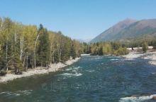 去年九月七日到达禾木门口,检票坐期间车达目的地。禾木河河水清澈,原始山野风光,风景独美。禾木村的小木