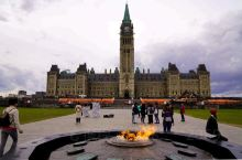 加拿大首都渥太华,图为国会大厦,国会大厦广场永不熄灭的圣火,及周边街景