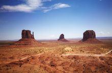 美国纪念碑谷,《阿甘正传》电影中阿甘跑遍全美,最终停下来的地方。 这是一段笔直却起伏很大的路,远处的