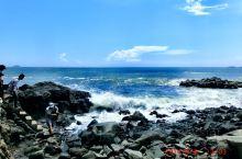 去这个火山岛要坐快艇乘风破浪,然后就到达这个荒岛!荒岛!环岛只有三分之一有路,其他都已经崩塌,只剩下