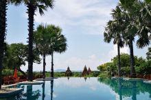 无意中翻到这家酒店的官方泳池图,立马中毒,背景还有三座佛塔的无边泳池的感觉也太美了吧。整个酒店就在这