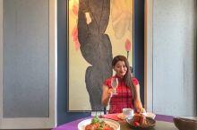 边俯瞰波澜壮阔的扬子江,边享用金奥费尔蒙酒店35楼中餐厅的高品质淮扬菜,粤菜和川菜。午餐荣华轩风味宴