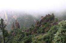 道教名山三清山是位于江西上饶西部,距安徽黄山一百公里左右,高度1500米,也和黄山接近,山顶有三清宫