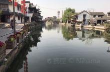 西塘的大紅燈籠高高掛、樹影搖曳、小橋流水、輕舟泛水,那擺渡人總讓遊客流連忘返⋯⋯無限風情