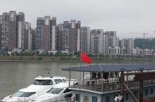 坐东山游船,赏梅江秀色。梅江游是客通游船公司推出的水上观光游览项目,也是众多游客到梅州旅游必游的特色