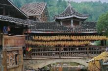 第一侗寨,肇兴侗寨,有族群的鼓楼,梯田,烟熏肉糯米甜酒。还有芦笙和世界非物质文化遗产无伴奏多音部合唱