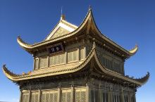 """峨眉山金顶始建于唐朝,屋顶为锡瓦所盖,元代时又被称为""""银顶""""。寺侧有卧云庵,内有饭堂和客房可供游客食"""