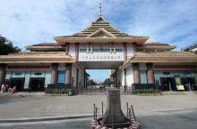 到瑞丽,顺便参加了缅甸边贸城木姐一日游。缅甸的建设与国内相差甚远,但寺庙的修建还是不错的。
