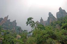 三清山位于江西省上饶市是有名的道教名山,以其道教独特的人文景观经历数次的地质变化,形成举世无双的峰林