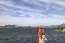 雪野水库位于山东省莱芜市莱城西北30千米的瀛汶河上的雪野村旧址,地处山东省中心位置,水面15平方公里