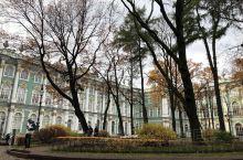 10月19日-穿过冬宫广场,来到了冬宫,自动售票机买了票,进去里面,要求要寄存大衣,排队的人很多很多