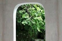 赏荷亭里看美景,谢鲁山庄好雅致。