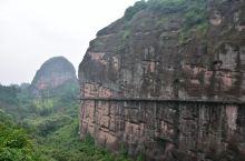 龙虎山的有一条漂亮平坦的高空栈道,从象鼻山景区出发穿过一座座丹霞绝壁,走过一座座山峰将龙虎山的青山绿