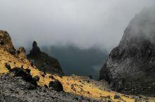 去看长白山天池的路有很多急转弯,还有陡坡,可是这一切没挡住去看天池的脚步,赶上有雾影响了