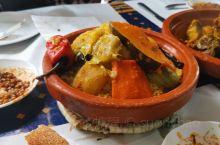 到了摩洛哥必须品尝的美食TANJIA,这是饥饿游戏的产物,更是友谊的传承!